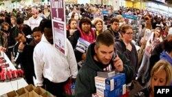 Người đi mua sắm ngày 'Black Friday'