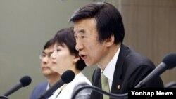 윤병세 한국 외교부장관이 11일 서울 프레스센터에서 열린 관훈 토론회에 참석해 질문에 답하고 있다.