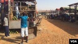 Des travailleurs déchargent les camions de fruits en provenance d'Ouganda à Gumbo Market Juba, 10 mars 2015. (Photo: G. Joselow / VOA)