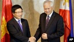 Ngoại trưởng Philippines Albert Del Rosario và Bộ trưởng Ngoại giao Việt Nam Phạm Bình tại Manila, ngày 1/8/2013.