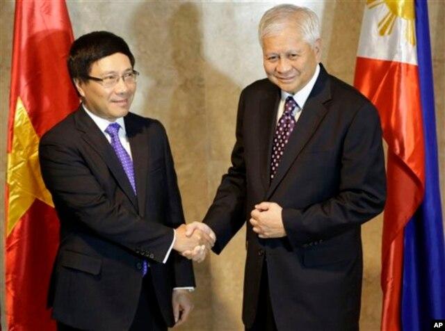Phó Thủ Tướng kiêm Ngoại Trưởng Việt Nam Phạm Bình Minh và Ngoại Trưởng Philippines Albert del Rosario tại Manila (Ảnh tư liệu).