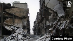 叙利亚青年用相机记录炮火下的生与死