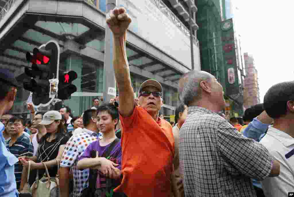 A pro-Beijing supporter shouts at pro-democracy activists in Mong Kok district, Oct. 3, 2014.