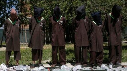 Các phần tử nổi dậy bị nghi ngờ là từ mạng lưới Haqqani bị bắt giữ và đưa ra trước giới truyền thông tại Trụ sở của Tổng cục An ninh Afghanistan (NDS) ở Kabul. Mạng lưới Haqaani là một trong những nhóm hiếu chiến nguy hiểm nhất của phe Taliban ở Afghanistan.