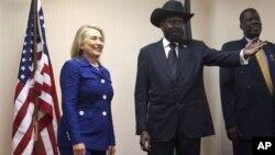Tổng thống Salva Kiir (giữa) tiếp đón Ngoại trưởng Hillary Clinton tại dinh tổng thống trong thủ đô Juba, Nam Sudan