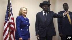 남수단 수도 주바에서 살바 키이르 수단 대통령(가운데)과 만난 클린턴 미 국무장관.