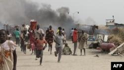 18일 아프리카 남수단의 유엔 난민수용소에서 종족 간 유혈충돌이 벌어진 가운데 난민들이 총격을 피해 달아나고 있다.