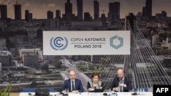 លោក Patricia Espinosa (រូបកណ្តាល) ធ្វើសន្និសីទកាសែទមួយនៅក្នុងកិច្ចប្រជុំស្តីពីអាកាសធាតុ COP24 ក្នុងក្រុង Katowice ប្រទេសប៉ូឡូញ កាលពីថ្ងៃទី២ ខែធ្នូ ឆ្នាំ២០១៨។