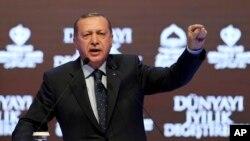 레제프 타이이프 에르도안 터키 대통령이 12일 이스탄불에서 열린 정치집회에서 발언하고 있다.