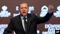 Tổng thống Thổ Nhĩ Kỹ Erdogan phát biểu tại mít tinh ở Istanbul, 12/3/2017.