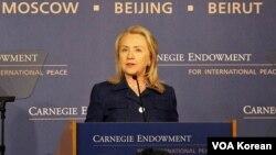 30일 워싱턴에 위치한 카네기국제평화재단에서 새 종교자유 보고서에 대해 설명하는 힐러리 클린턴 국무장관.