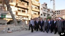 바샤르 알아사드 시리아 대통령(앞줄 가운데)이 12일 이슬람 명절 기도를 하러 반군으로부터 탈환한 모스크를 찾은 모습을 시리아 관영 매체가 공개했다.