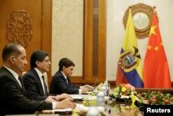Menlu Ekuador Jose Valencia (kedua dari kiri) dalam pertemuan dengan Menlu China Wang Yi (tidak digambarkan) di Wisma Negara Diaoyutai, Beijing, China, 1 November 2019. (REUTERS/Jason Lee/POOL)