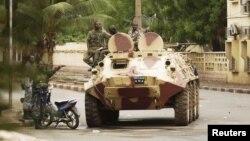 Pasukan Junta Militer Mali berpatroli di jalanan pasca bentrokan dengan pasukan setia presiden Amandou Toumani Toure di ibukota Bamako (1/5).