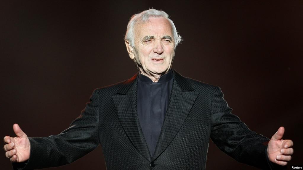 Archivo - El cantante francés Charles Aznavour actúa durante el Festival de Verano de Quebec el 6 de julio de 2008.