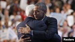 Presiden Barack Obama merangkul mantan Presiden Bill Clinton seusai pidato Clinton, Rabu (5/9).