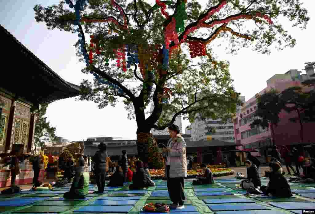 خانواده ها برای موفقیت فرزندانشان در امتحان کنکور دانشگاه دعا میکنند،  سئول کره جنوبی.