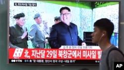 Imágenes transmitidas por la televisión surcoreana de un Kim Jong Un sonriente tras el exitoso lanzamiento de un misil de medio alcance.
