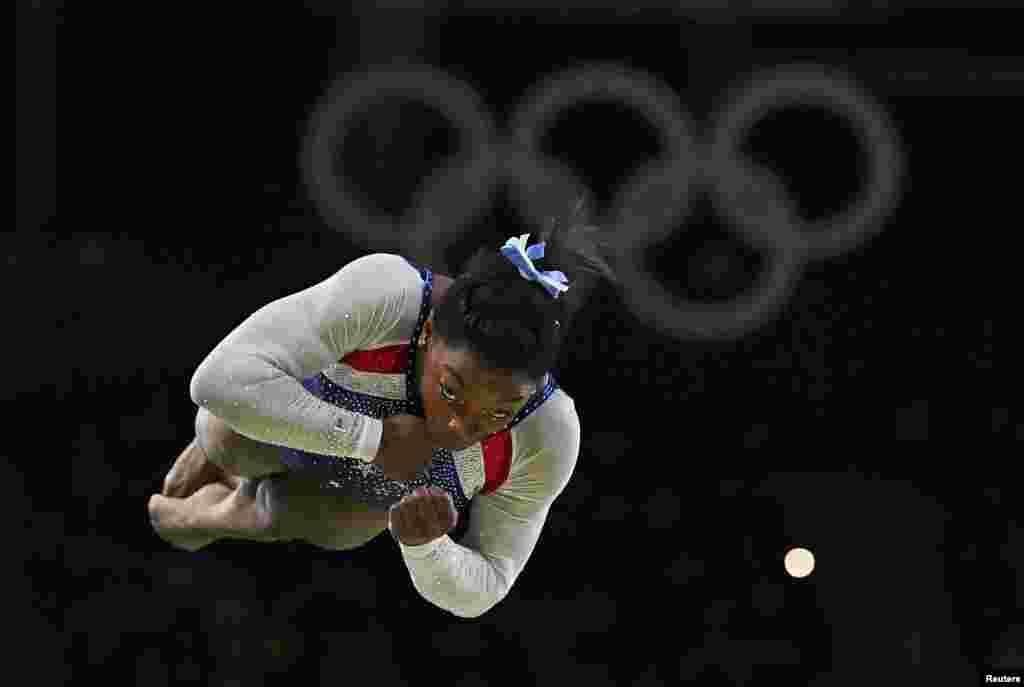 La gymnaste américaine Simone Biles lors de la compétition finale où elle remporte la médaille d'or, Rio de Janeiro, Brésil, le 11 août 2016.