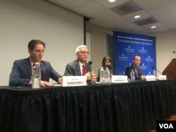 2016年11月16日,国际与战略研究中心高级研究员迈尔斯·卡勒在约翰霍普金斯大学举办的TPP讨论会上发言。(美国之音于盟童拍摄)