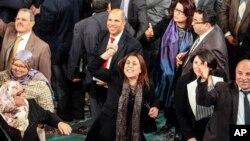 Karima Souid (tengah), anggota Majelis Konstituen Nasional Tunisia, merayakan pengadopsian konstitusi baru di Tunis (26/1). (AP/Aimen Zine)