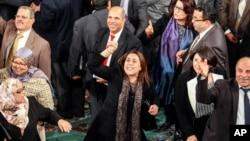 Bà Karima Souid (giữa) thành viên trong Quốc hội Lập hiến Tunisia, cùng với mọi người bày tỏ niềm vui sau khi bản hiến pháp mới của Tunisia được thông qua, 26/1/14