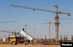 ファイル - 建設機械と労働者はエジプトの新しい行政首都、エジプトのカイロ北部、10月の18、2017に見られる。