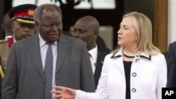 Menteri Luar Negeri Amerika Hillary Rodham Clinton bertemu Presiden Kenya Mwai Kibaki di Nairobi, Kenya, hari Sabtu (foto, 4/8/2012).aturday, Aug. 4, 2012. (AP Photo/Jacquelyn Martin, Pool)