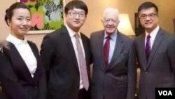 维权律师张凯(左二)与美前总统卡特和驻华大使