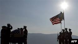 Američka počasna garda na ceremoniji ispraćaja posmrtnih ostataka vodnika Mjaskevica na aerodromu u Sarajevu, 27. septembra 2011.