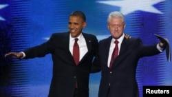 Rais wa Marekani Barack Obama (kushoto) akiungana na rais wa zamani Bill Clinton jukwani baada ya Clinton kumteuwa Obama kwa mhula wa pili huko Charlotte, North Carolina, September 5, 2012.
