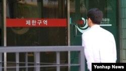 한국에서 세번째 '중동호흡기증후군(메르스)' 감염자가 발생한 21일 감염 환자가 입원하고 있는 서울시내 병원 응급실 앞으로 병원 관계자가 지나고 있다.