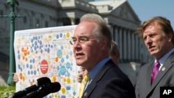រូបភាពឯកសារ៖ តំណាងរាស្ត្រលោក Tom Price (ឆ្វេង) ថ្លែងក្នុងសន្និសីទមួយនៅក្នុងរដ្ឋធានីវ៉ាស៊ីនតោន កាលពីថ្ងៃទី២៦ មីនា ២០១២ ប្រឆាំងនឹង Affordable Care Act ដែលបានស្គាល់ថាជាកម្មវិធី Obamacare។
