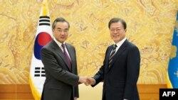 韩国总统府发放的照片:韩国总统文在寅在首尔会晤到访的中国外长王毅。(2020年11月26日)