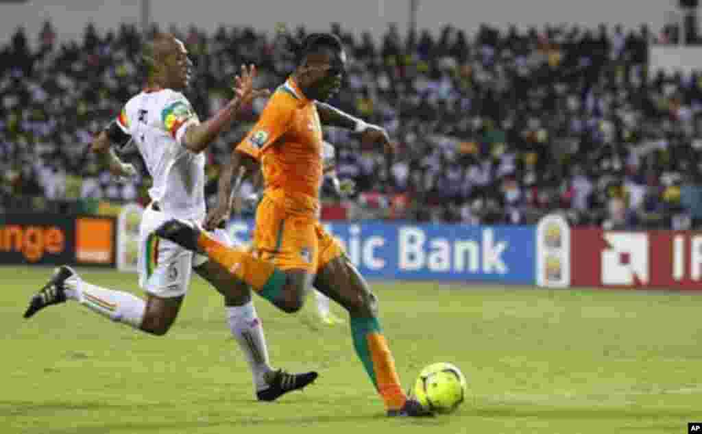 Ivory Coast's Didier Drogba (R) plays against Mali's Cedric Kante during their African Nations Cup semi-final soccer match at the Stade De L'Amitie Stadium in Gabon's capital Libreville February 8, 2012.