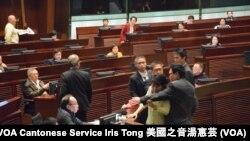 公民黨立法會議員毛孟靜衝到主席台抗議,被立法會保安阻止 (攝影﹕美國之音湯惠芸)