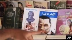 埃及人展示前总统穆巴拉克画像