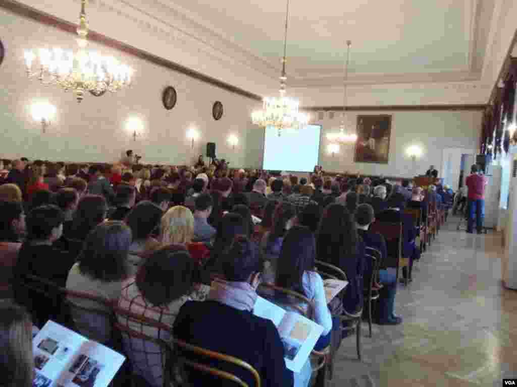 学校大礼堂在举行阿尔布佐夫化学奖颁奖典礼。列宁曾在大礼堂内同其他大学生讨论反政府示威活动。(美国之音白桦)