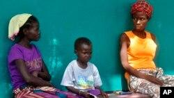 Warga Liberia yang menderita gejala ebola menunggu pemeriksaan di sebuah rumah sakit di Monrovia (24/10).