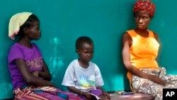 지난 24일 라이베리아 수도 몬로이바의 한 병원에서 에볼라 감염 의심 환자들이 진료를 받기 위해 기다리고 있다.