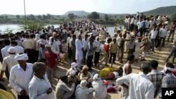 Warga di Madhya Pradesh berkumpul setelah tragedi terinjak-injak yang menewaskan 115 orang (13/10).