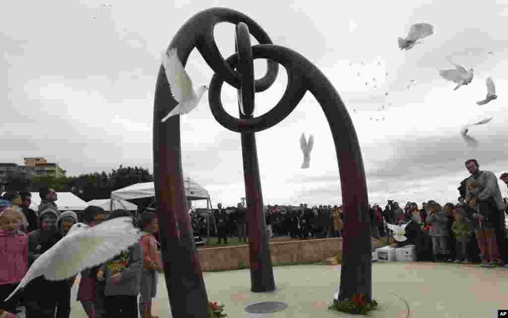 Cùng ngày, tại thành phố Sydney của Úc, 88 bồ câu trắng được phóng sinh. Nước Úc mất 88 công dân trong vụ đặt bom ở Bali