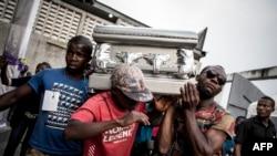 Des proches portent le cercueil d'une personne tuée lors de manifestations le 31 décembre 2017 à Kinshasa le 11 janvier 2018.