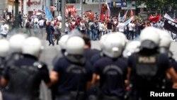 Những người biểu tình đối đầu với cảnh sát tại quảng trường Kizilay ở trung tâm Ankara, ngày 16/6/2013.
