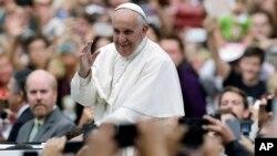 星期天早上﹐教宗前往費城市中心主持最後一場彌撒的路上,從座駕中向沿途數十萬仰慕者揮手致意。