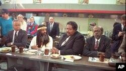 Bốn người đàn ông da đen, (từ trái qua) Joseph McNeil, Jibreel Khazan, Franklin McCain, và David Richmond, đã bị từ chối phục vụ tại cửa hàng Woolworth ở Greensboro, North Carolina năm 1960 quay trở lại chính lại địa điểm này năm 1990.