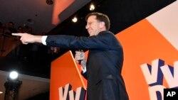 마르크 뤼테 네덜란드 총리가 15일 헤이그에서 총선 출구 조사가 발표된 후 승리를 자축하고 있다.