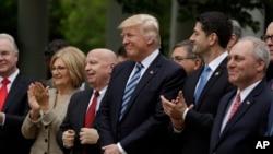 在国会众议院通过了医保法案之后,川普总统在众议院筹款委员会主席凯文·布雷迪和众议院议长保罗·瑞安的左右伴随下,在白宫玫瑰园露面。(2017年5月4日)