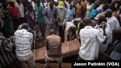 Une cérémonie funéraire dans le camp de Kajo Keji, au Soudan du Sud, 5 novembre 2017.