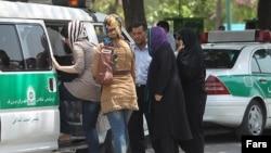 خواتین کے حجاب سے متعلق سخت قوانین کو اخلاقی پولیس کی طرف سے نافذ کیا جاتا ہے۔ (فائل فوٹو)